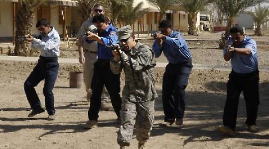 Irakische Polizisten werden von amerikanischen Soldaten ausgebildet