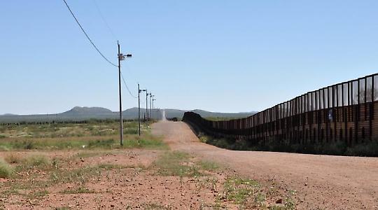Grenzzaun bei Neco, Arizona <br/>Foto von jonathan mcintosh