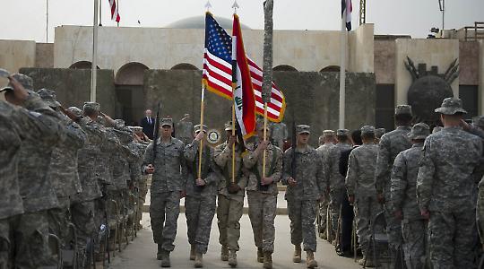 """Abzugs-Zeremonie am 15. März in Bagdad: """"Ein neunjähriger Krieg, der sich neben Pearl Harbour, der deutschen Invasion in der Sowjetunion und Vietnam nahtlos in die Reihe der größten militärischen Fehler aller Zeiten einfügt."""""""