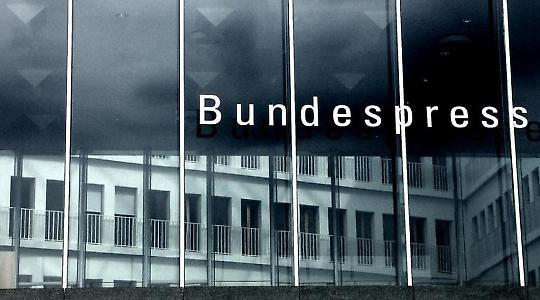 Theater für Anfänger? Bundespressekonferenz in Berlin <br/>Foto von yakshini