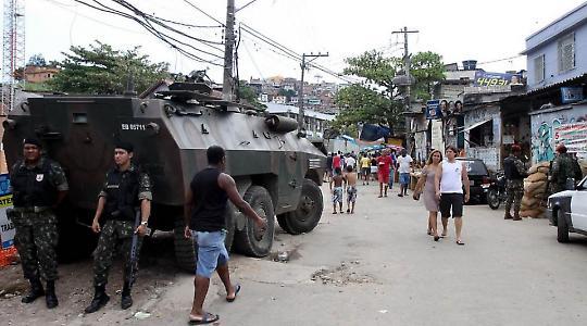 Auch nach dem Einsatz bleibt das Militär in der Favela präsent <br/>Foto von Arlos Trinidade