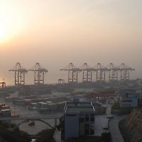 Shanghai Containerhafen <br/>Foto von Bert van Dijk